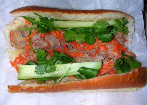 800px-Bánh_mì_xíu_mại-meatball-sandwich